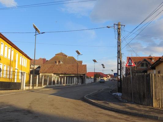 In den Straßen von Toblita wurden neuerdings Solar-Straßenlternen installiert
