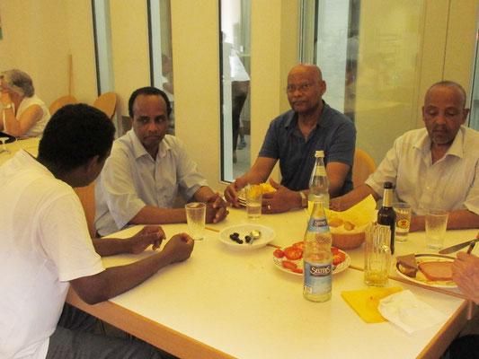 Pfarrgemeinderat Dr.Ghirmai mit Helfern