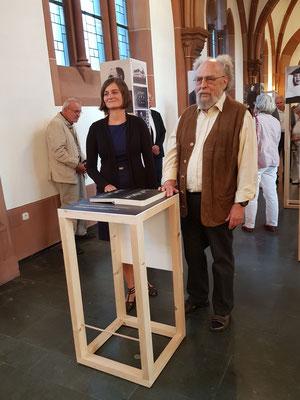 Marie Smolková und Peter Hoffmann vor dem Gedenkbuch