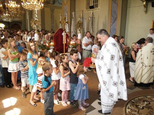 Pfarrer Tsaryk mit den Kindern