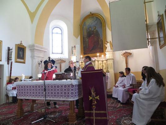 Übergabe der Osterkerze in der katholischen Kirche