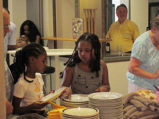 Zwei eritreische Mädchen beim Essen fassen