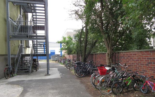 Fahrradaufbewahrung (z.Zt ca 25 Fahrräder) hinter dem Hotel