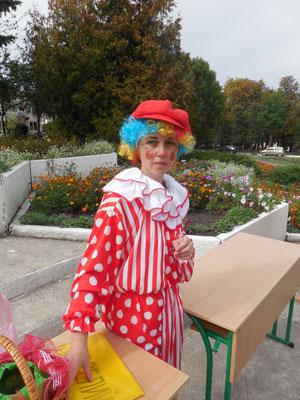Бібліотекар  дитячої бібліотеки - веселий клоун з безпрограшною лотереєю
