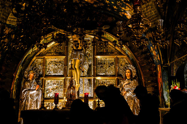 処刑の十字架が建てられた場所、そこに触れようと人々が膝行している。
