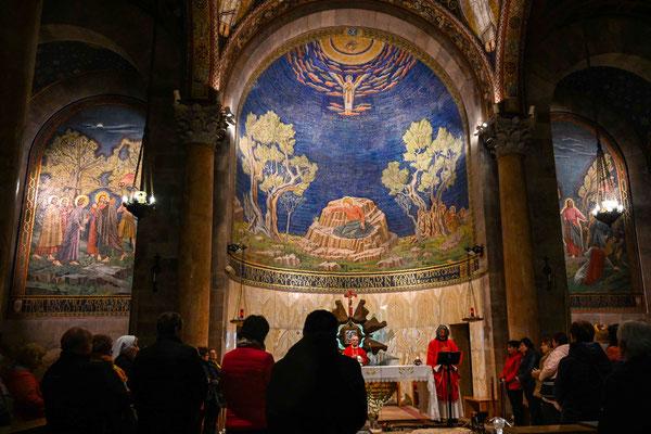 教会の内部、ミサが行われていた。