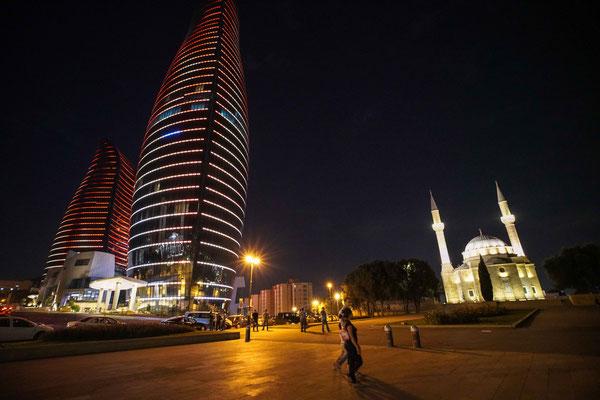 近代建築とモスクの対比