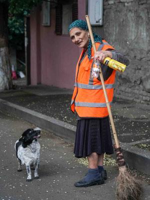 道路掃除のおばさんとお供の犬