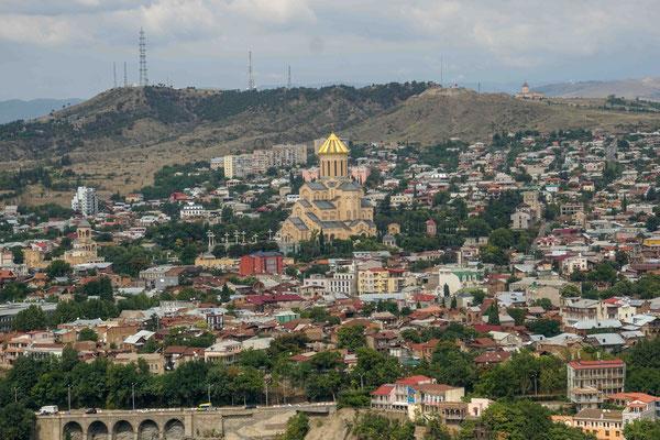 トビリシの風景、真ん中にメテヒ大聖堂が見える