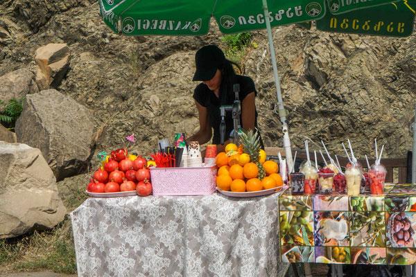 ジュース売り、眼の前でザクロやオレンジを絞ってくれる