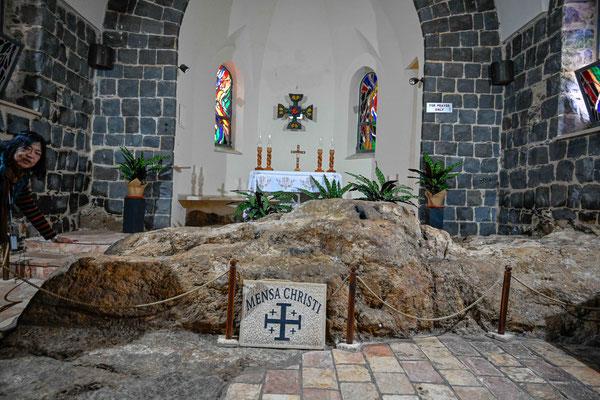 イエスとその弟子たちが魚とワインんで食事をしたという石のテーブル。