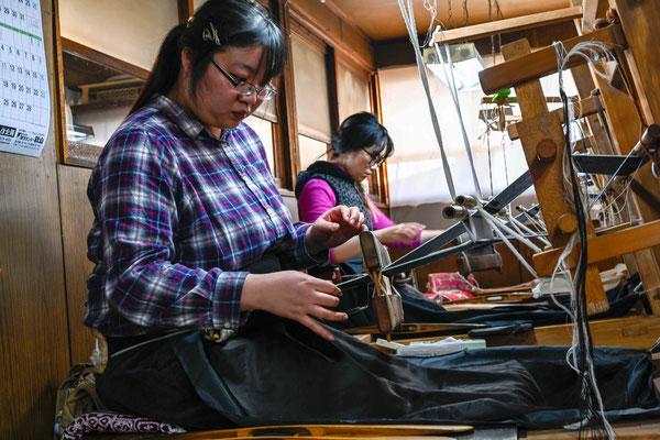 機織り:    結城紬は地機と言われる原始的な機織り機が使われる。これは神代機ともいざり機とも呼ばれ、すでにその原型は弥生時代の古墳からも出土している(下野風土記の丘資料館に展示されている)。 非常に手間もかかるが結城つむぎの特徴の風合いが出る手法だ。