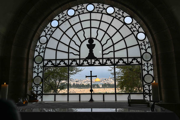 祭壇の窓から見たエルサレム、ローマ法王も必ず訪れるというエルサレムの絶景が見られる。