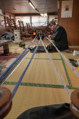 かすり括り :   かすりの柄になる部分に染料が染み込まぬよう、糸を綿糸で括る。  反物の幅の間に入る亀甲柄の数で80・100・160・200などのクラスに分かれる。  括る数は亀甲柄の二倍になり、200では400箇所を反物の幅の中に括ることになり、精巧なものでは2年以上かかるものもあるという。