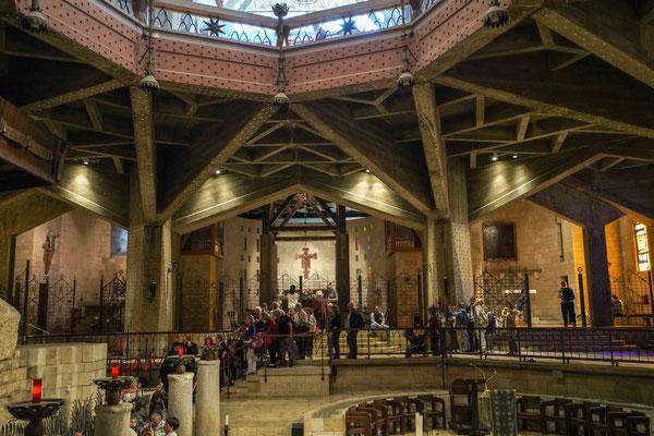 教会の内部、告知の場所に行くのに長い行列ができていた。