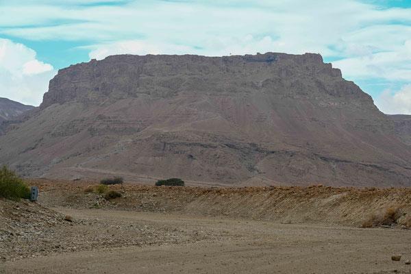 マサダ山の全容、右肩のデコボコの部分が宮殿跡。