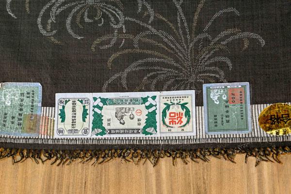 検査と証紙  :  本場結城紬検査協会により検査が行われ幅、長さ、織られた糸の本数などがチェックされ証紙が発行される。