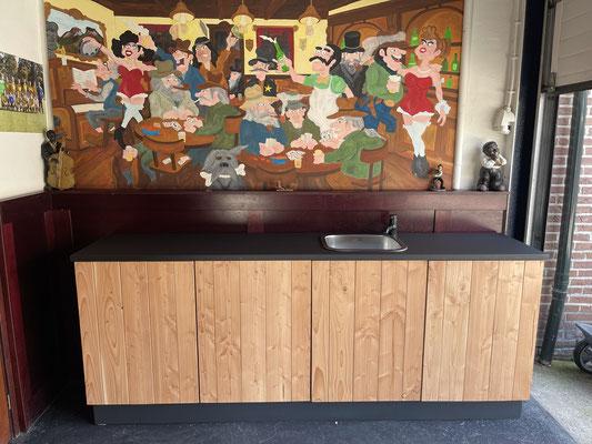 Keukenmeubel voorzien van Douglas deuren en een kunststof werkblad, geplaatst in Apeldoorn