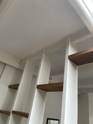 Wandkast midden in de kamer als roomdivider, tot aan plafond