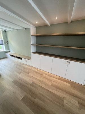 Wandkast met schappen, wit spuitwerk op meubel, schappen van Eiken, geplaatst in Zwartsluis