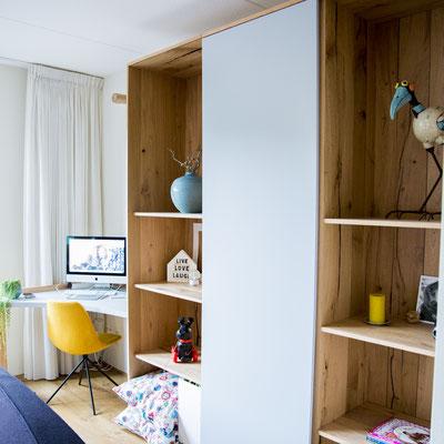 Eiken boekenkast met betonlook bureau