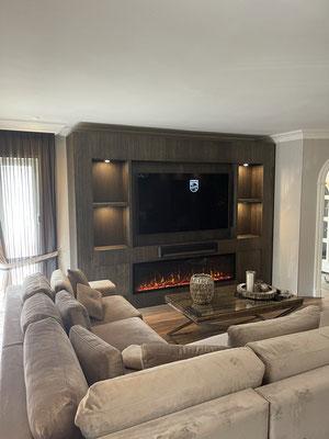 Vakkenkast met openhaard, ruimte voor sonos en televisie, uitgevoerd in Eiken, inclusief spotjes, geplaatst in Epe