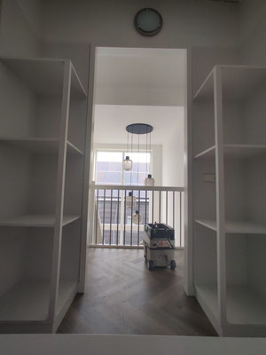 Legkasten in een inloopkast, links en rechts van de deur bij binnenkomst, geplaatst in Heerenveen