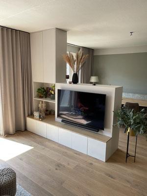 Roomdivider met eiken elementen, voorzijde voorzien van ruimte voor televisie en opbergruimte