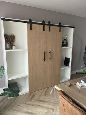 Barndeuren witte kast, deuren zijn uitgevoerd in Eiken, geplaatst in Wezep