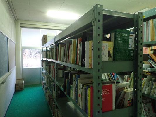 本棚少し整理できました。まだ大量にあるけれど