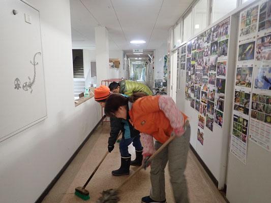 長年の使用で汚れた廊下を清掃、モップ掛け (1)