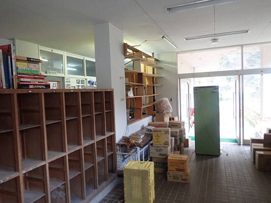 整理前の玄関周辺 本棚には資料がぎっしり詰まっていましたが撤去