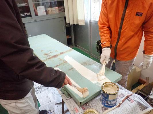 さびた本棚は分解して再塗料(1)