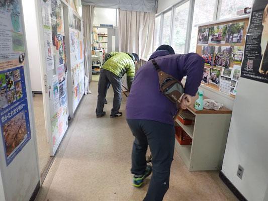 廊下の清掃 モップ掛け (2)