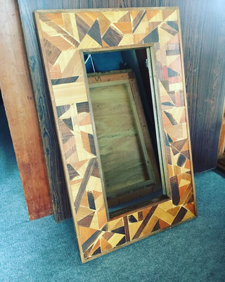 鏡周りに木工パッチワークをしました。