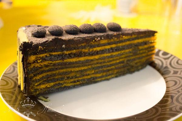 Zweifarbig eingefärbter Baumkuchen in gelb- schwarz