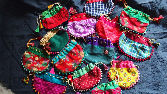 Pour offrir ou ranger le bracelet que vous choisirez , une pochette fabriquée artisanalement à Bhaktapur , Népal, vous sera offerte.
