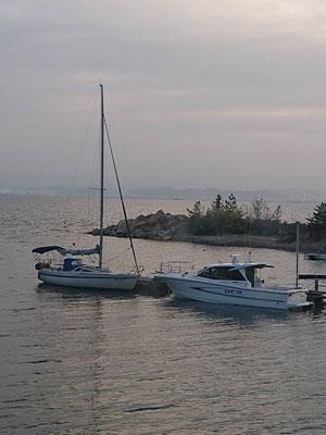 家島青井荘の手作り桟橋に係留中のわが艇とプレジャーボート