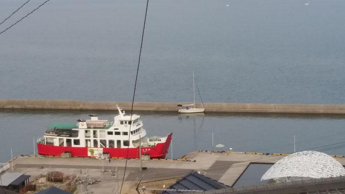 男木島に停泊中のフェリーとわが艇