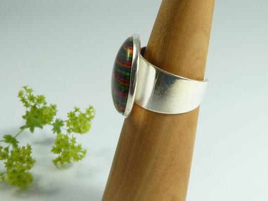 Ring mit buntem Holz