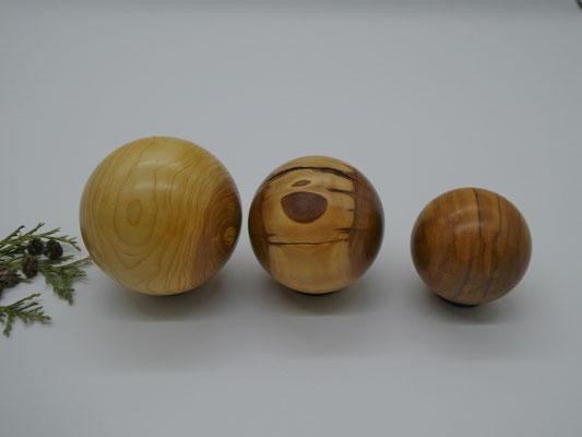 3 gedrechselte Holzkugeln