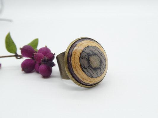 Ring mit buntem Holzcabochon