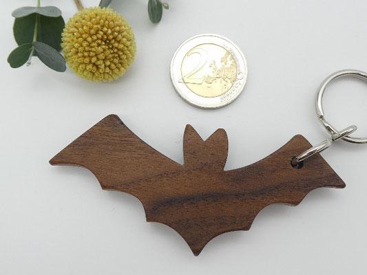 Fledermaus aus Walnuss