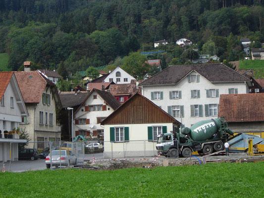 Vor der Stickfabrik von Kantonsrat Mätzler ist das Lokal-Häuschen von Joh. Nüesch zu erkennen