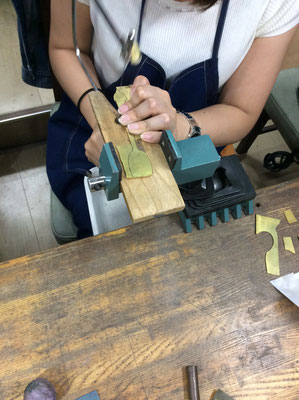糸ノコで2㎜の板を型抜く