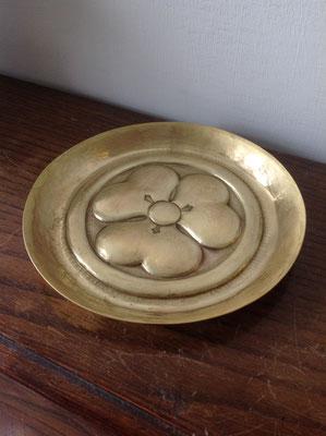 家紋を入れた真鍮製の小皿