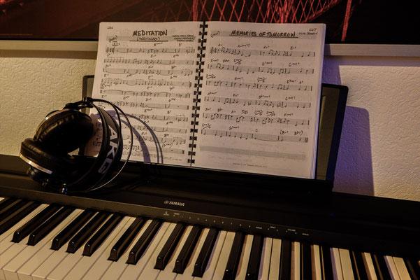 Piano, Jazz-Realbook & AKG-Studiokopfhörer. Foto: Leon Ehmke