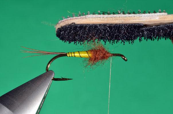7- con l'ausilio di una spazzola di velcro, si rende il dubbing più vaporoso