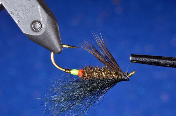"""Fissare un ciuffo di fibre di hackle di gallina nera o di materiale similare a fungere da """"barba"""""""