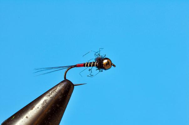La ninfa 1 è una tipica ninfa da temolo, con il tag rosso che, tradizionalmente, associamo a questo pesce. Naturalmente, funziona anche con le trote. Artificiale ottimo da bracciolo e, usato singolarmente, da ninfa a vista